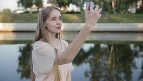 Donna felice teenager sorridente dei giovani che fa selfie sulla via archivi video