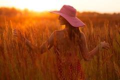Donna felice in un cappello della fienarola dei prati Fotografie Stock Libere da Diritti