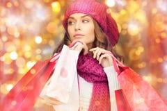 Donna felice in vestiti di inverno con i sacchetti della spesa Immagine Stock Libera da Diritti