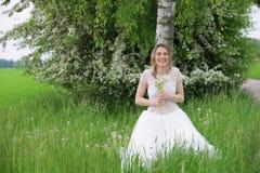 Donna felice in vestito bianco che si appoggia un albero di betulla Fotografia Stock Libera da Diritti