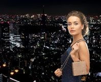 Donna felice in vestito da sera con la piccola borsa Fotografia Stock
