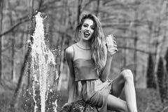 Donna felice vicino alla fontana immagine stock