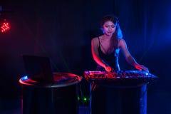 Donna femminile abbastanza asiatica DJ che gioca musica per il ballo fotografia stock