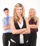 Donna femminile di affari con le braccia piegate fotografia stock