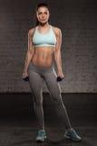 Donna femminile di forma fisica con l'ente muscolare Fotografia Stock