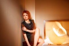 Donna femminile di modo in hotel fotografia stock