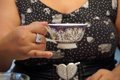 Donna a figura intera che mangia tè immagini stock libere da diritti