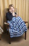 Donna in fine degli anni Venti che si rilassa a casa Immagine Stock