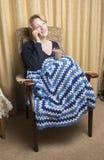 Donna in fine degli anni Venti che si rilassa a casa Immagini Stock