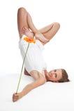 Donna in fiore della holding di posa di yoga Immagine Stock