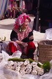 Donna fiorita anziana di Hmong fotografia stock