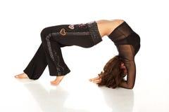 Donna flessibile che allunga e che fa back-bend Immagini Stock