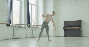 Donna flessibile che pratica allungando gli esercizi