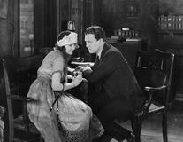 Donna flirt con l'uomo arrabbiato (tutte le persone rappresentate non sono vivente più lungo e nessuna proprietà esiste Garanzie  Fotografia Stock