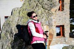 Donna fornita che fa un'escursione in un'alta montagna di inverno Immagine Stock Libera da Diritti