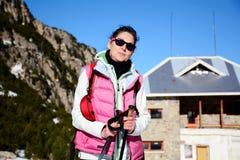 Donna fornita che fa un'escursione in un'alta montagna di inverno Fotografie Stock Libere da Diritti