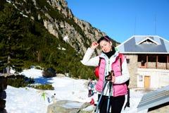 Donna fornita che fa un'escursione in un'alta montagna di inverno Immagini Stock Libere da Diritti
