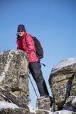 Donna fornita della viandante che fa un'escursione in un'alta montagna sulle rocce Fotografia Stock Libera da Diritti