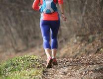 Donna fotografata da dietro con funzionamento degli abiti sportivi durante la m. Fotografie Stock Libere da Diritti