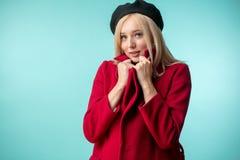 Donna francese alla moda che ha un cappotto rosso sopra fotografia stock