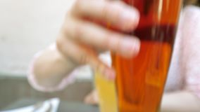Donna francese che beve la birra fredda fresca di Fisher Alsatian stock footage