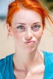 Donna freckled della giovane bella testarossa Immagine Stock