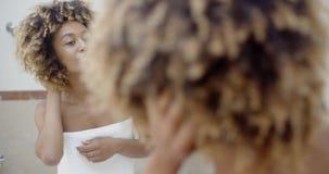 donna fronta dello specchio video d archivio