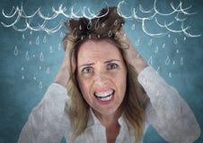 Donna frustrata di affari contro fondo e la sovrapposizione blu di lerciume con i grafici bianchi della pioggia Fotografia Stock Libera da Diritti