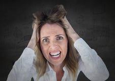 Donna frustrata di affari contro i grafici grigi di per la matematica e della parete Fotografia Stock Libera da Diritti
