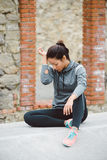 Donna frustrata stanca che prende un resto di allenamento di forma fisica Fotografia Stock Libera da Diritti