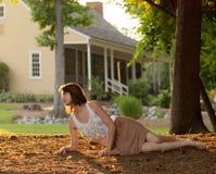 Donna fuori al tramonto di estate fotografia stock libera da diritti