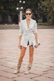 Donna fuori delle sfilate di moda di Cavalli che costruiscono per la settimana 2014 del modo di Milan Women Fotografie Stock