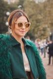 Donna fuori delle sfilate di moda di Cavalli che costruiscono per la settimana 2014 del modo di Milan Women Immagine Stock Libera da Diritti