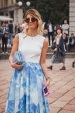 Donna fuori delle sfilate di moda di Cavalli che costruiscono per la settimana 2014 del modo di Milan Women Fotografie Stock Libere da Diritti