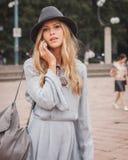 Donna fuori delle sfilate di moda di Cavalli che costruiscono per la settimana 2014 del modo di Milan Women Immagini Stock Libere da Diritti