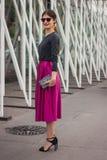 Donna fuori delle sfilate di moda di Jil Sander che costruiscono per la settimana 2014 del modo di Milan Women Immagini Stock Libere da Diritti