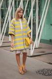 Donna fuori delle sfilate di moda di Jil Sander che costruiscono per la settimana 2014 del modo di Milan Women Immagine Stock Libera da Diritti