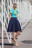 Donna fuori delle sfilate di moda di Jil Sander che costruiscono per la settimana 2014 del modo di Milan Women Fotografia Stock