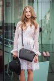 Donna fuori delle sfilate di moda di Jil Sander che costruiscono per Milan Women ' Fotografia Stock
