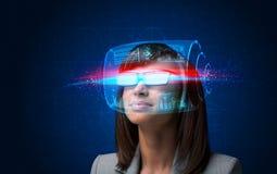 Donna futura con i vetri astuti alta tecnologia Immagine Stock Libera da Diritti