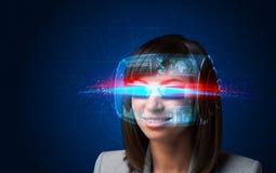 Donna futura con i vetri astuti alta tecnologia Fotografia Stock Libera da Diritti