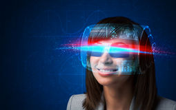 Donna futura con i vetri astuti alta tecnologia Immagine Stock