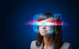 Donna futura con i vetri astuti alta tecnologia Immagini Stock