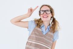 Donna Geeky dei pantaloni a vita bassa che indica su Fotografia Stock Libera da Diritti