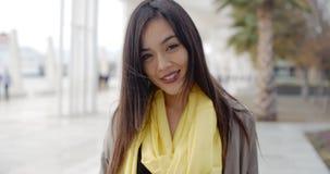 Donna ghignante allegra fuori in sciarpa gialla stock footage