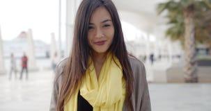 Donna ghignante allegra fuori in sciarpa gialla video d archivio