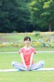Donna giapponese che fa allungamento Immagini Stock