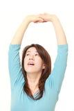 Donna giapponese che fa allungamento Fotografie Stock Libere da Diritti