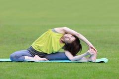 Donna giapponese che fa allungamento Fotografia Stock