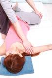 Donna giapponese che ottiene Massag tailandese Immagine Stock Libera da Diritti